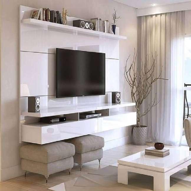 30. Decoração de sala de TV com rack suspenso e puff banqueta quadrado – Foto: Overstock