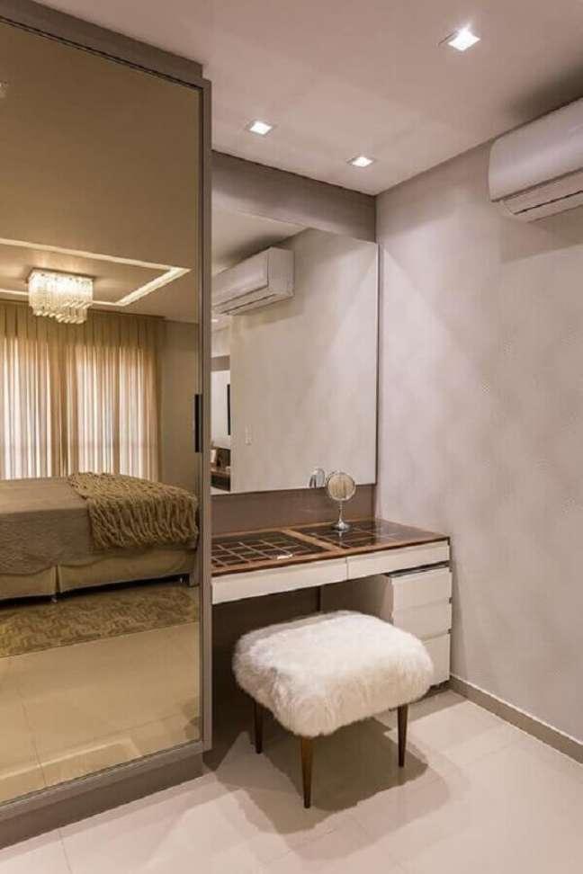 44. Puff banqueta quadrado para penteadeira para decoração de quarto de casal planejado – Foto: Homify