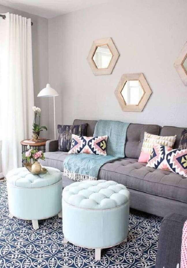 56. Sala decorada com sofá cinza e puff banqueta redondo branco – Foto: Habitare
