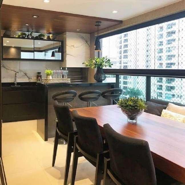 58. Revestimento de mármore para decoração de apartamento com varanda gourmet e churrasqueira – Foto: Jeito de Casa