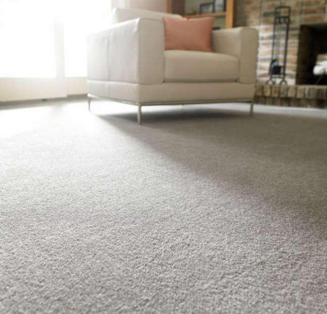 16. Sala de estar com carpete cinza e móveis confortáveis – Foto Ddetails of interior
