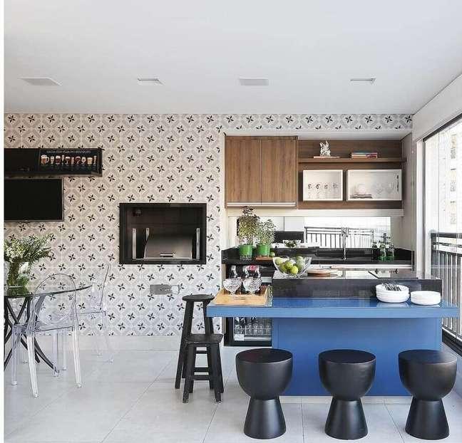 19. Banqueta baixa para decoração de apartamento com varanda gourmet grande e moderna – Foto: Triarq Arq.