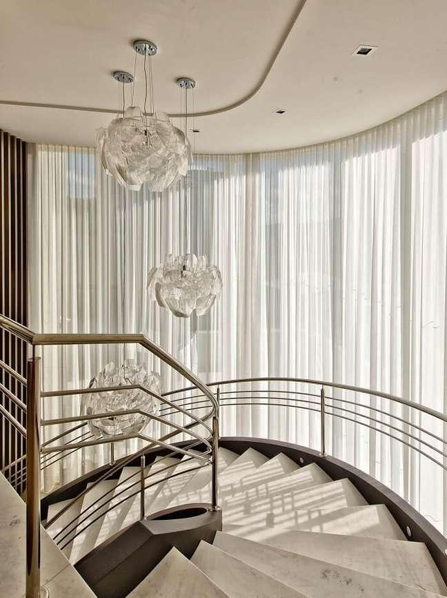 1. Conjunto de lustre para escada pé direito alto. Fonte: Espaço do Traço Arquitetura