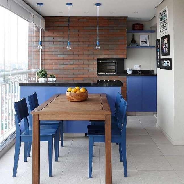 17. Bancada e cadeira azul para decoração de apartamento com varanda gourmet e churrasqueira – Foto: Pinterest