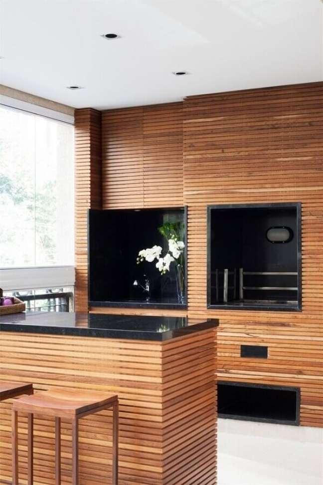 56. Revestimento de madeira para decoração de apartamento com varanda gourmet e churrasqueira – Foto: Pinterest