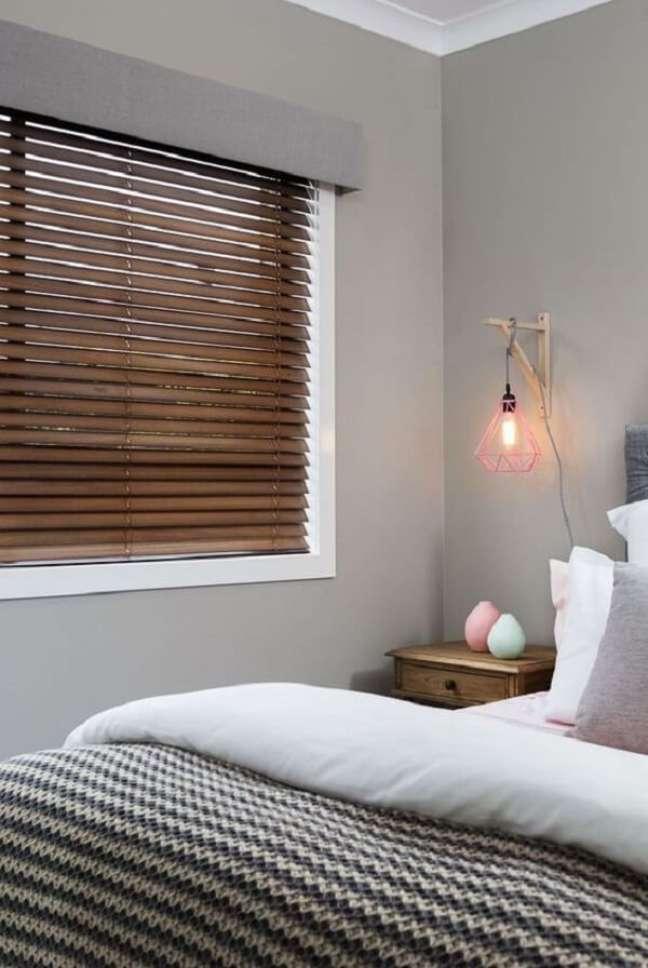 25. A persiana de madeira para quarto traz um toque de conforto para a decoração. Fonte: Pinterest