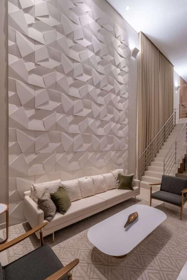 30. Sala de estar sofisticada com decoração de gesso 3D na parede – Foto Castelatto pisos e revestimentos