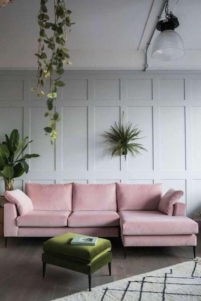 28. Decoração de sala com sofá rosa e puff banqueta verde – Foto: Pinterest