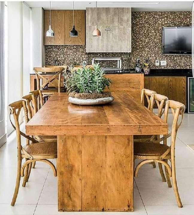 48. Mesa e cadeira de madeira para decoração de apartamento com varanda gourmet e churrasqueira – Foto: Mariana Orsi