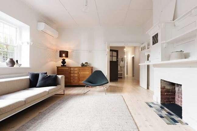 31. Carpete para sala de madeira com lareira a lenha – Foto Pinterest