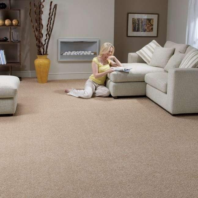 39. Carpete para sala moderna com sofa bege e lareira – Foto Lira Luz Decor