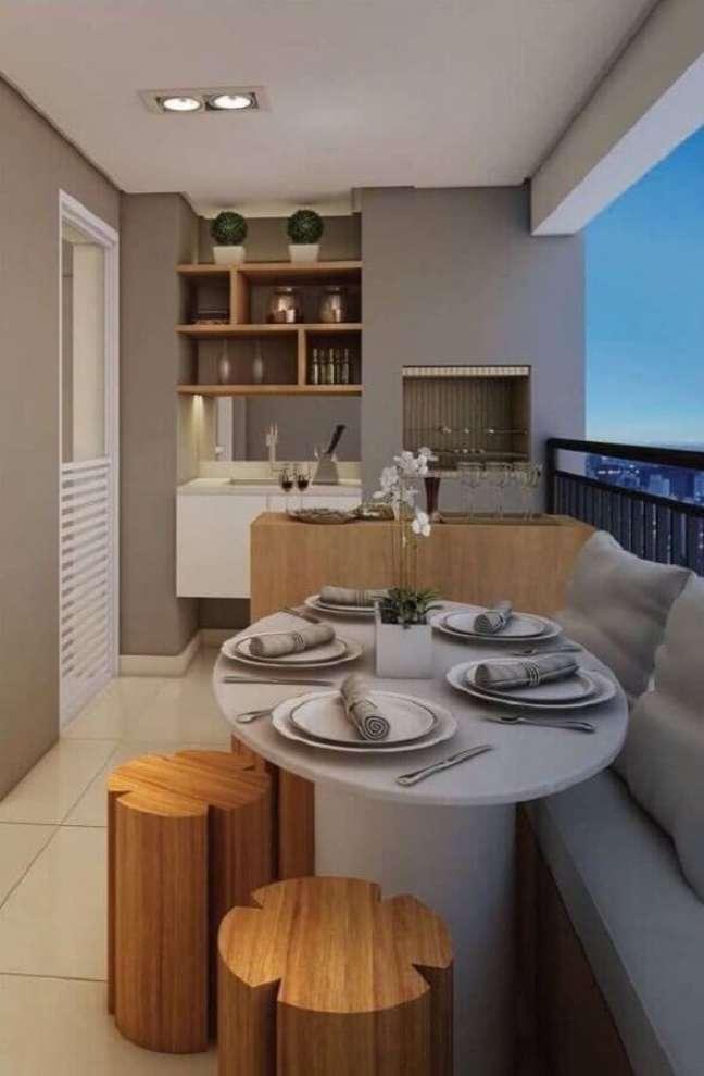 61. Tons de cinza claro e banqueta de madeira para decoração de varanda gourmet para apartamento pequeno – Foto: Pinterest