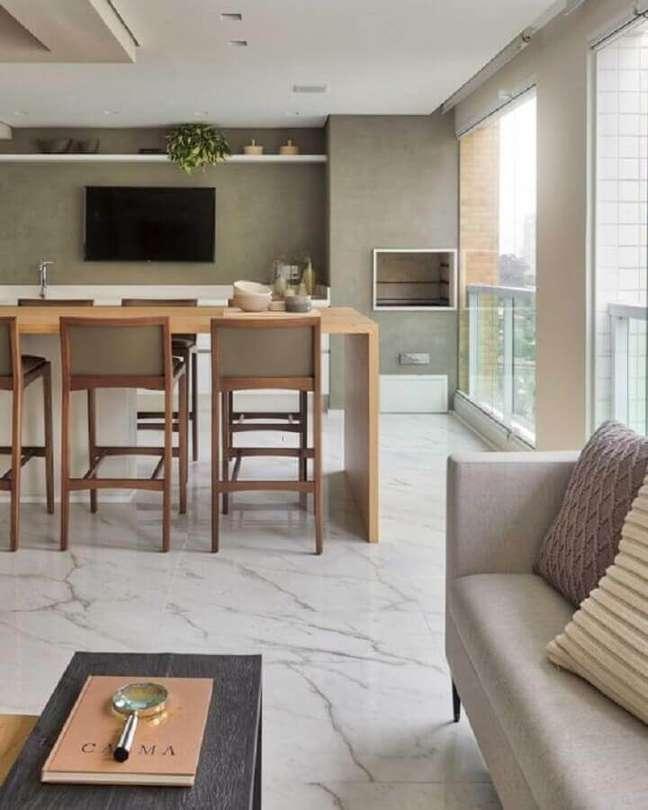 33. Decoração de apartamento com varanda gourmet grande em cores neutras – Foto: Dicas de Mulher