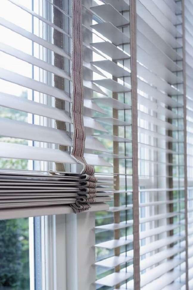 14. A persiana de madeira branca é uma alternativa para quem deseja uma decoração mais clean. Fonte: Pinterest