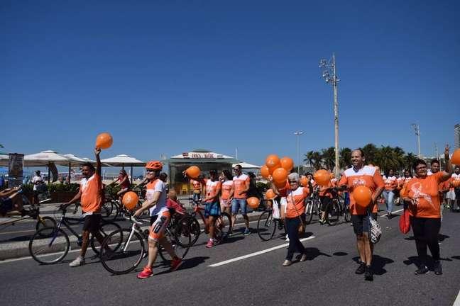 Imagem de ação da campanha 'Agosto Laranja', antes da pandemia de covid-19, realizada pela Associação Amigos Múltiplos pela Esclerose (AME)