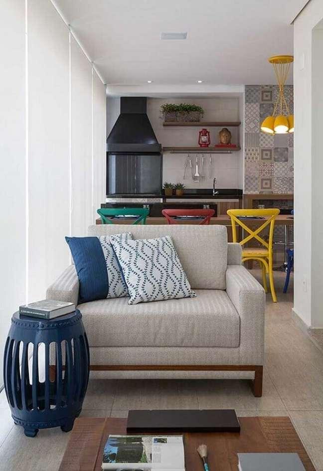 23. Banquetas coloridas para decoração de apartamento com varanda gourmet e churrasqueira – Foto: Pinterest