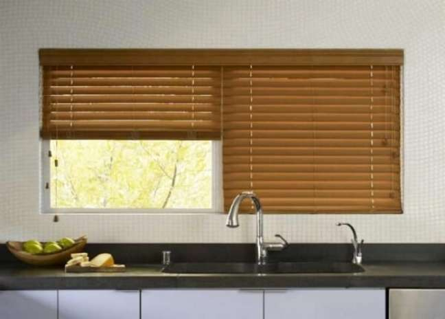 5. Regule a persiana de madeira de acordo com as suas necessidades de iluminação. Fonte: Pinterest