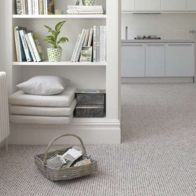 37. Carpete para sala moderna com estante para livros e revistas – Foto Home Depot