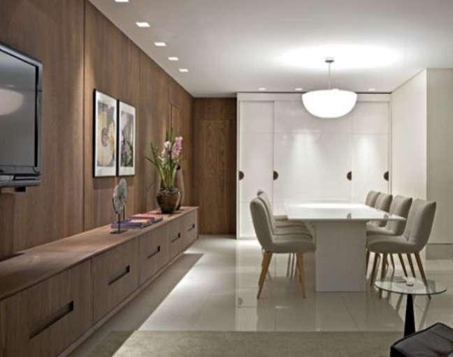 23. Decoração com gesso na sala com iluminação de sposts e lustre moderno – Foto Pinterest