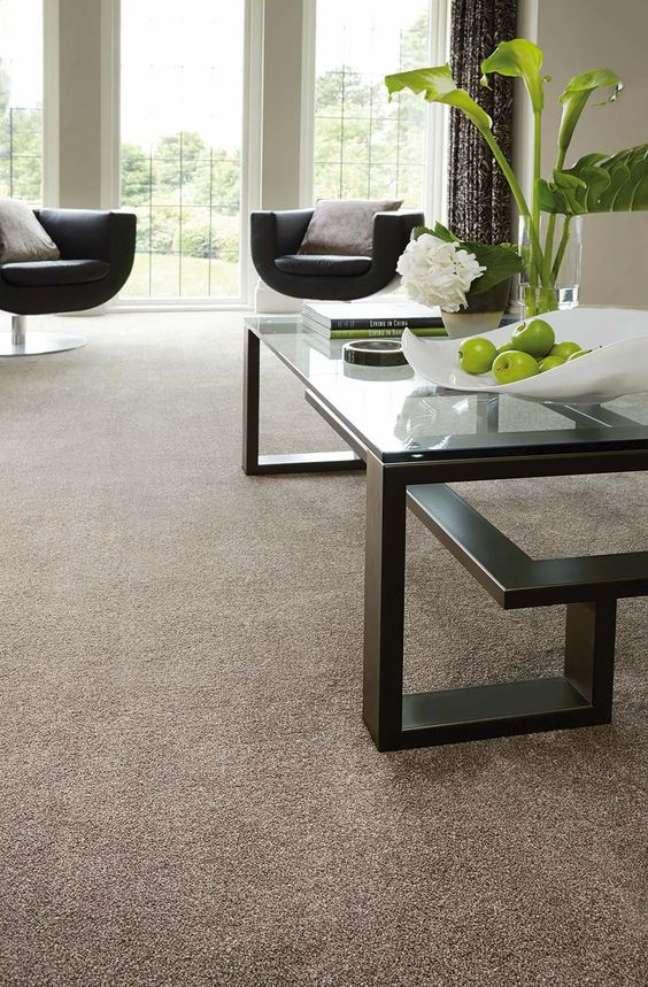 22. Carpete para sala com móveis pretos e modernos – Foto Michael John