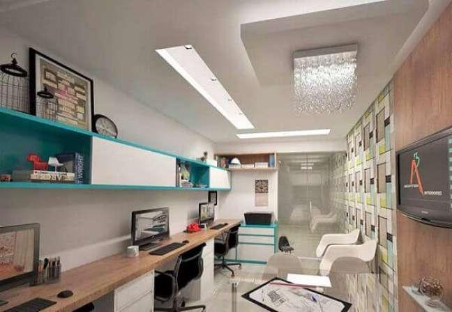 16. Decoração de gesso no teto com lustre de cristal – Foto Pinterest
