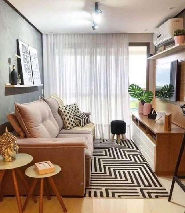 22. Decoração com tapete geométrico e puff banqueta para sala de TV pequena – Foto: Jeito de Casa
