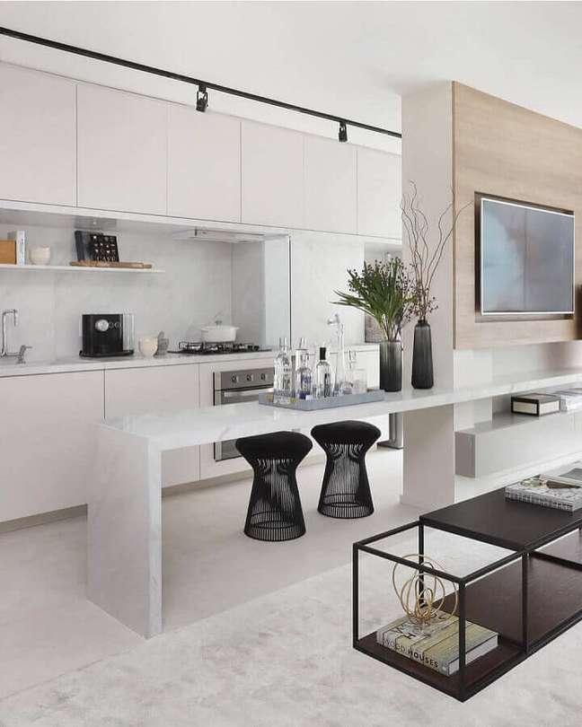 13. Banqueta puff preta moderna para decoração de sala de TV integrada com cozinha americana – Foto: Lar Doce Casa