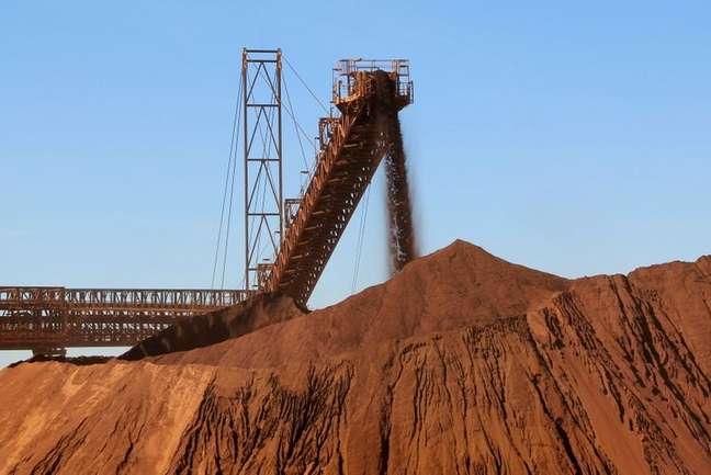 Minério de ferro é carregado em mina na Austrália 25/07/2011 REUTERS/Morag MacKinnon