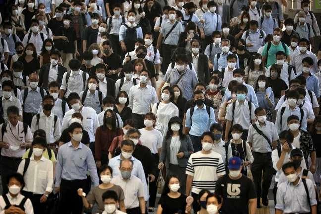 Passageiros usando máscaras na estação de Shinagawa, em Tóquio 02/08/2021 REUTERS/Kevin Coombs
