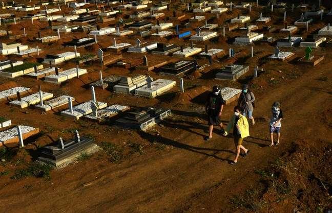 Área de sepultamentos fornecida pelo governo para vítimas da Covid-19 em Gowa, na Indonésia 27/07/2021 Antara Foto/Abriawan Abhe/via Reuters