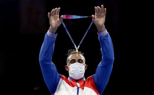Pugilista cubano Arlen López mostra medalha de ouro conquistada na Olimpíada Tóquio 2020 04/08/2021 Pool via REUTERS/Buda Mendes