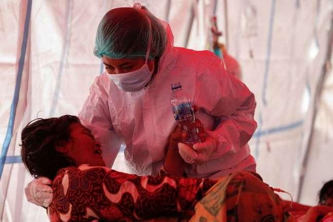 Profissional de saúde cuida de paciente com Covid-19 na Indonésia 15/07/2021 REUTERS/Willy Kurniawan