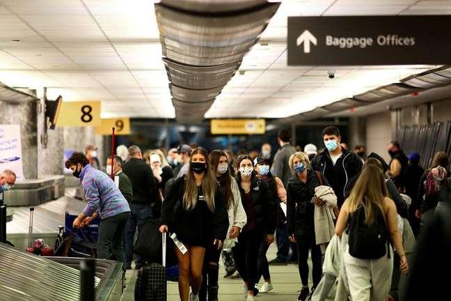 Passageiros recolhem bagagem no aeroporto de Denver, nos Estados Unidos 24/11/2020 REUTERS/Kevin Mohatt