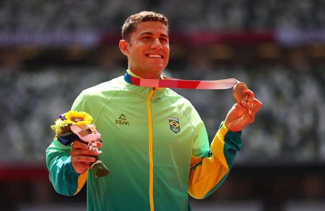Thiago Braz exibe o seu bronze na cerimônia de pódio realizada nesta quarta-feira