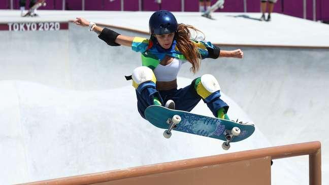 Yndiara Asp executa manobra durante a sua participação no skate park em Tóquio