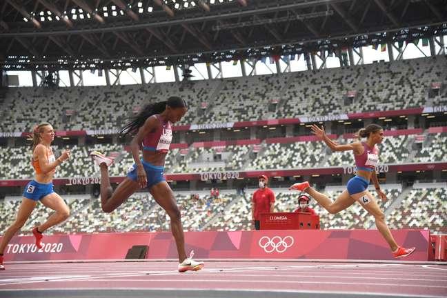 Chegada da prova dos 400m com barreiras, com as três primeiras colocadas quebrando recordes