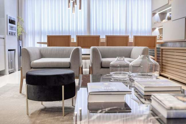 58. Sala moderna decorada com poltrona cinza e puff banqueta redondo – Foto: Pinterest