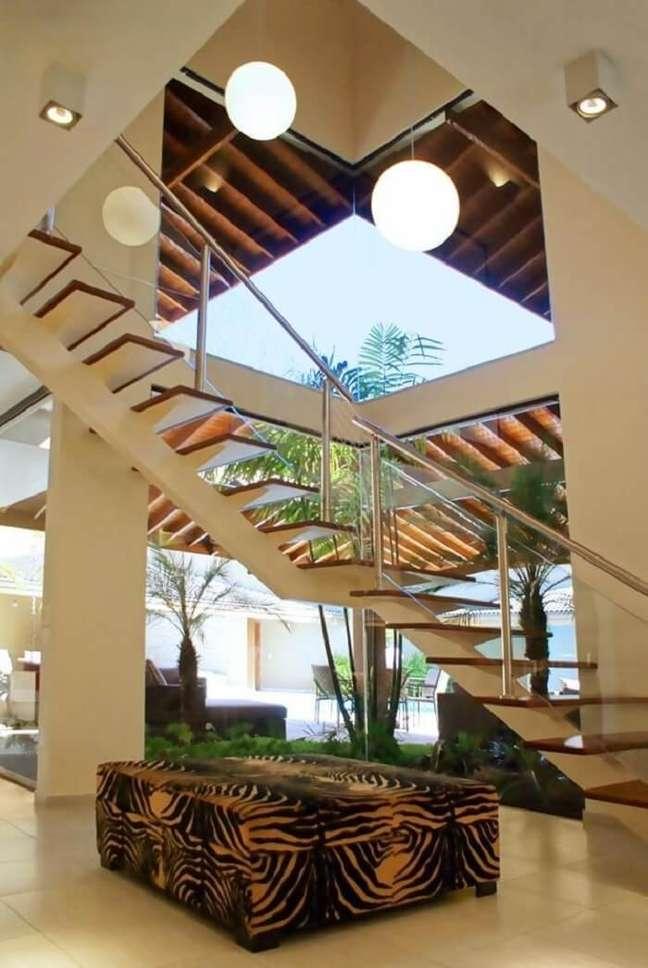10. O lustre pendente para escada redondo foi a escolha certa para o projeto. Fonte: Ivanilza de Alencar