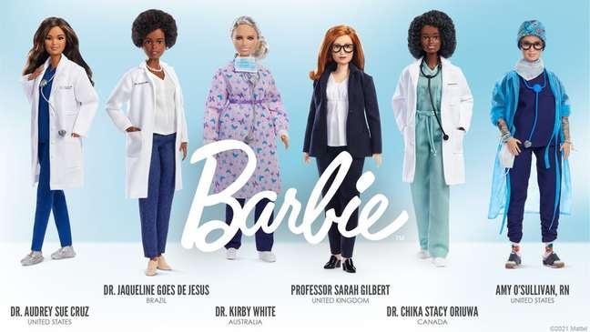 Jaqueline Góes de Jesus (segunda da esq. à dir) foi homenageada com Barbie cientista