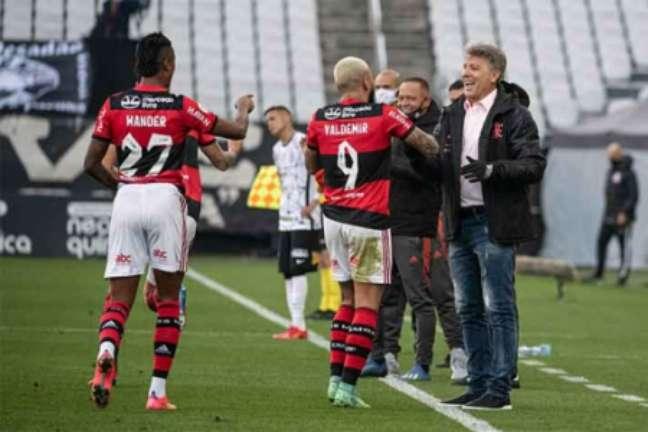 Gabigol e Renato durante a vitória do Flamengo sobre o Corinthians (Foto: Alexandre Vidal / Flamengo)