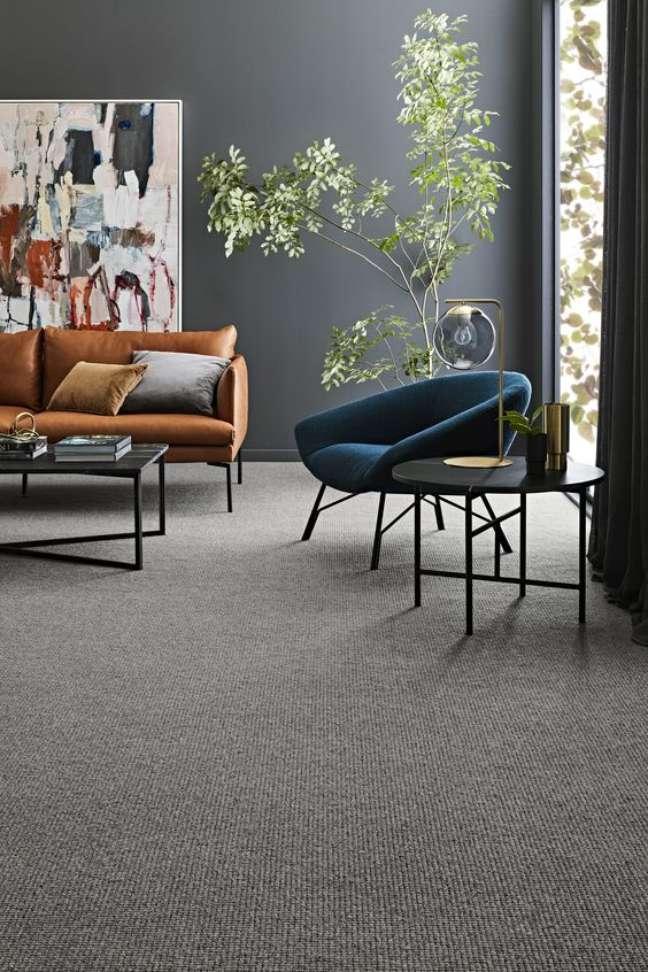 8. Carpete para sala cinza com poltrona azul e sofá marrom – Foto Godfrey Hirst
