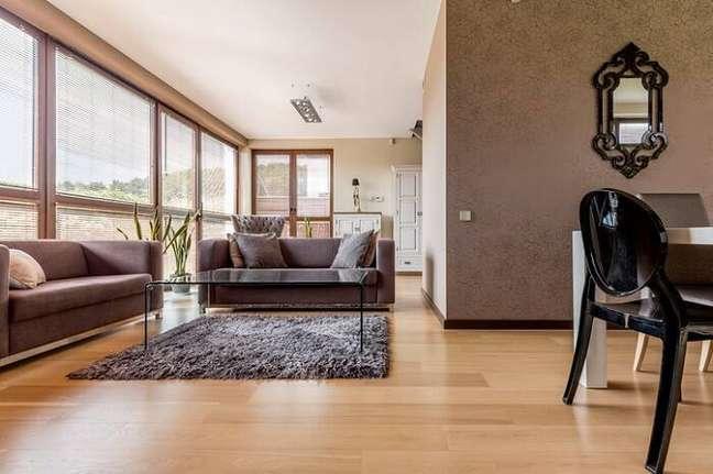 12. Carpete de madeira para sala de estar moderna com home office – Foto Revista Vd