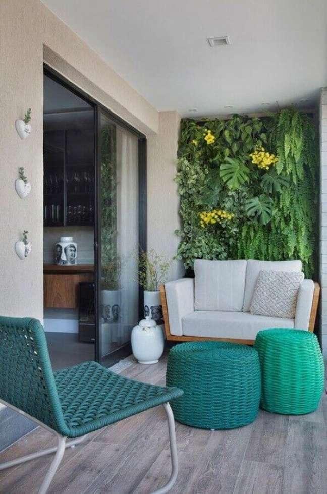 10. Varanda decorada com jardim vertical e puff banqueta redondo – Foto: Histórias de Casa