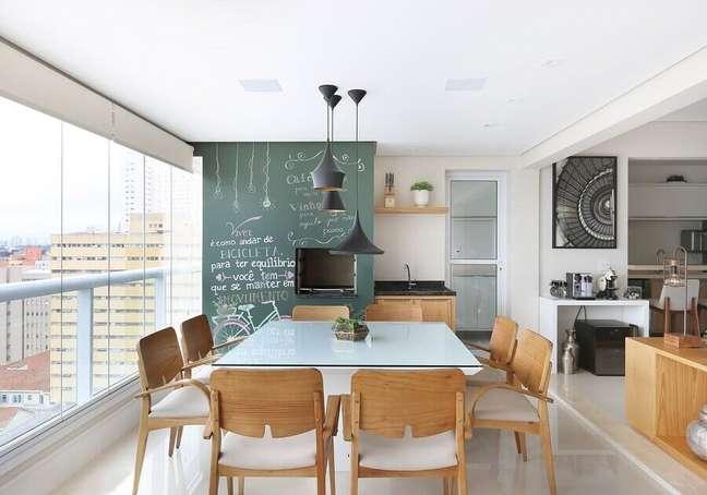 13. Apartamento com varanda gourmet decorado com mesa quadrada e tinta lousa – Foto: Renata Cafaro