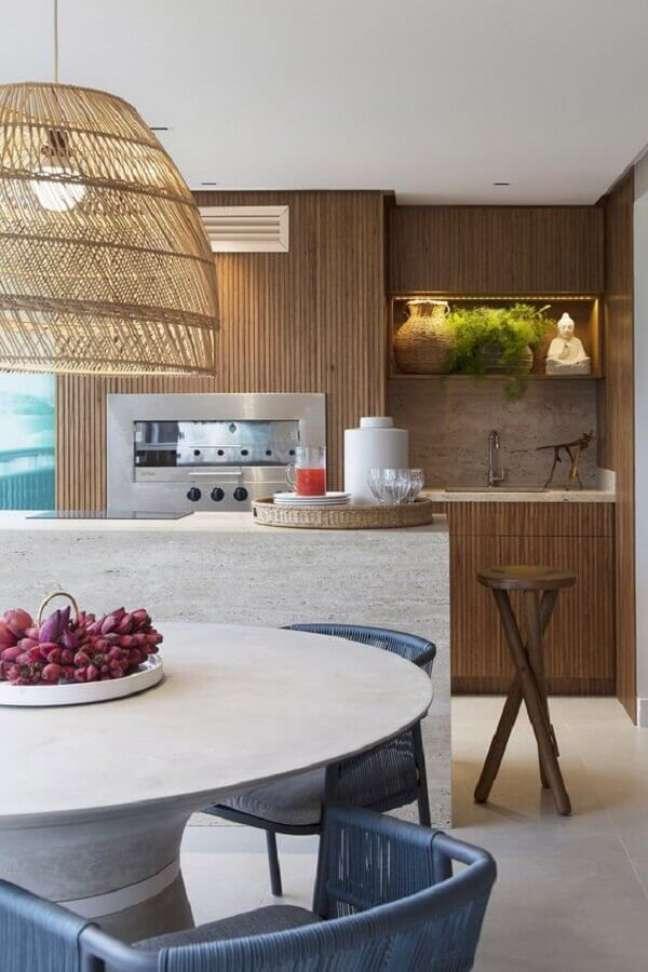 44. Luminária rústica para decoração de apartamento com varanda gourmet e churrasqueira – Foto: Casa de Valentina