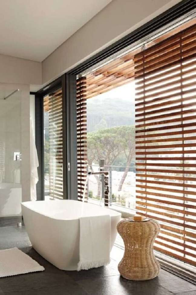 48. Traga privacidade ao banheiro fazendo uso da cortina persiana de madeira. Fonte: Pinterest