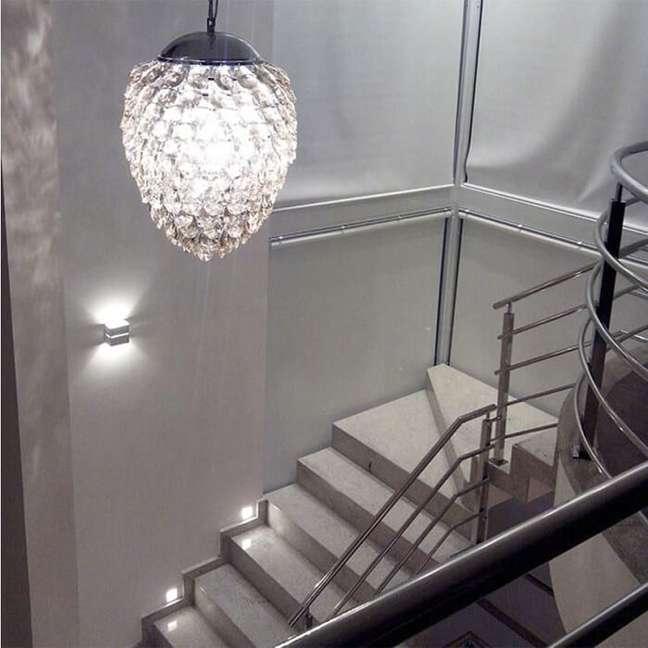 14. O lustre pendente para escada pode ser a opção perfeita para o seu projeto. Fonte: Fabiana Cristina