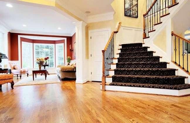45. Sala com carpete de madeira e proteção de feltro nas escadas – Foto Revista