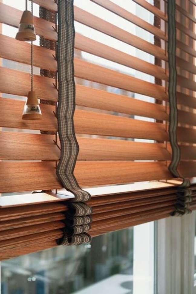 39. Para uma limpeza leve use um espanador de pó na persiana de madeira. Fonte: Pinterest