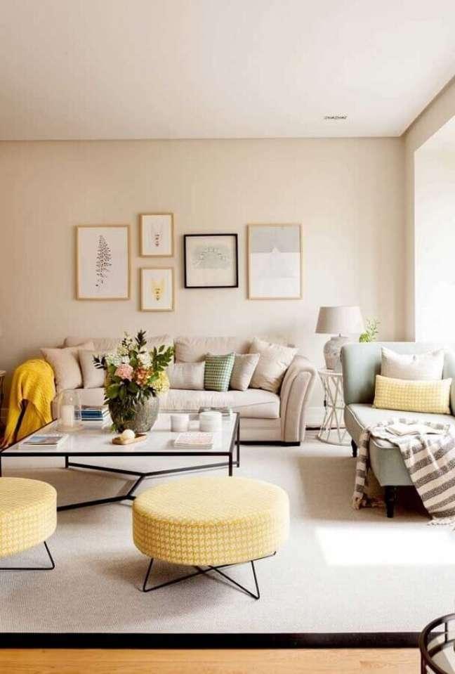 50. Puff banqueta redondo para decoração de sala bege e amarela – Foto: Pinterest